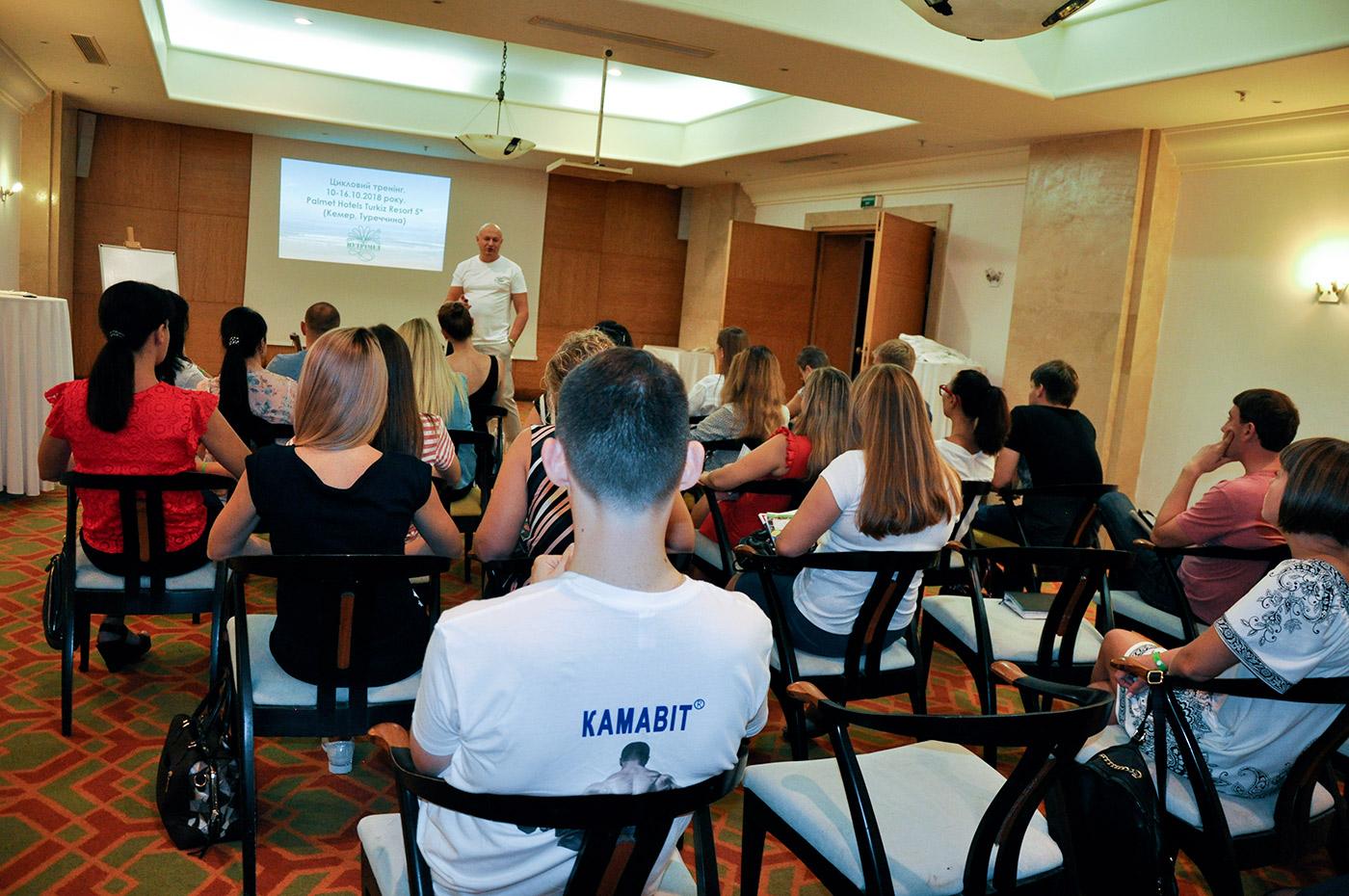 Заступник генерального директора Юрій Богданович Міняйлюк розпочинає цикловий тренінг